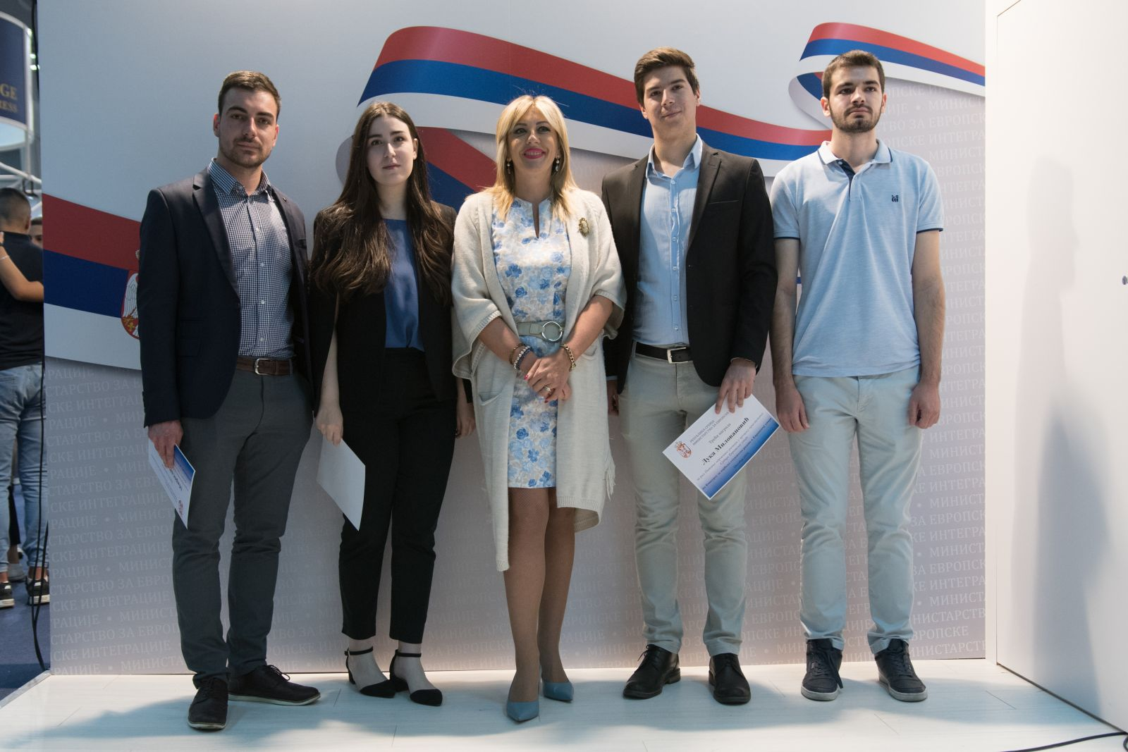 J. Joksimović awarded certificates to students for their papers in the field of European integration process