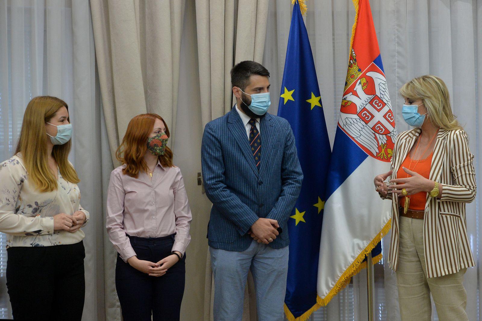 J. Joksimović awards certificates to students for best papers