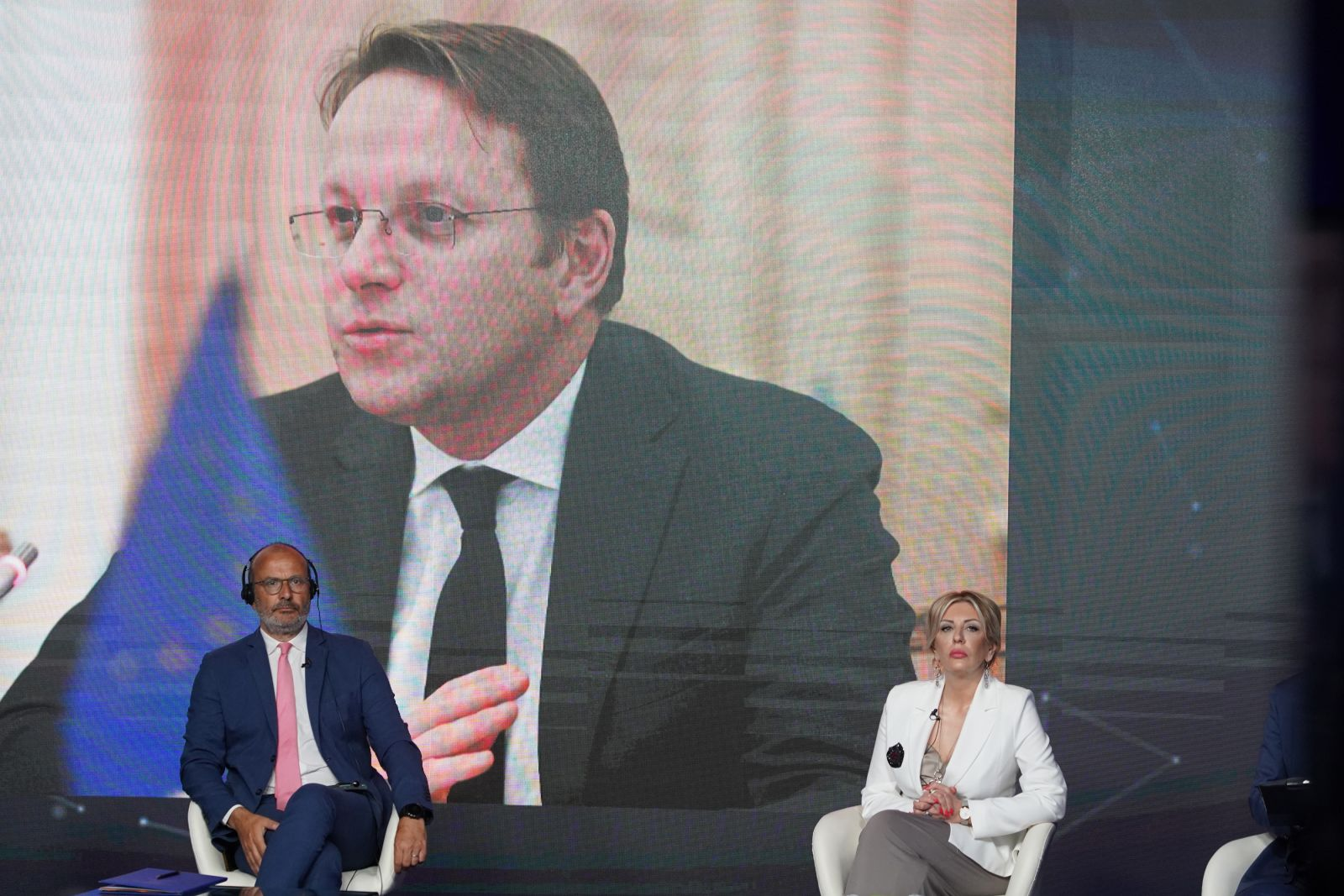 Várhelyi: Serbia will open two clusters this year