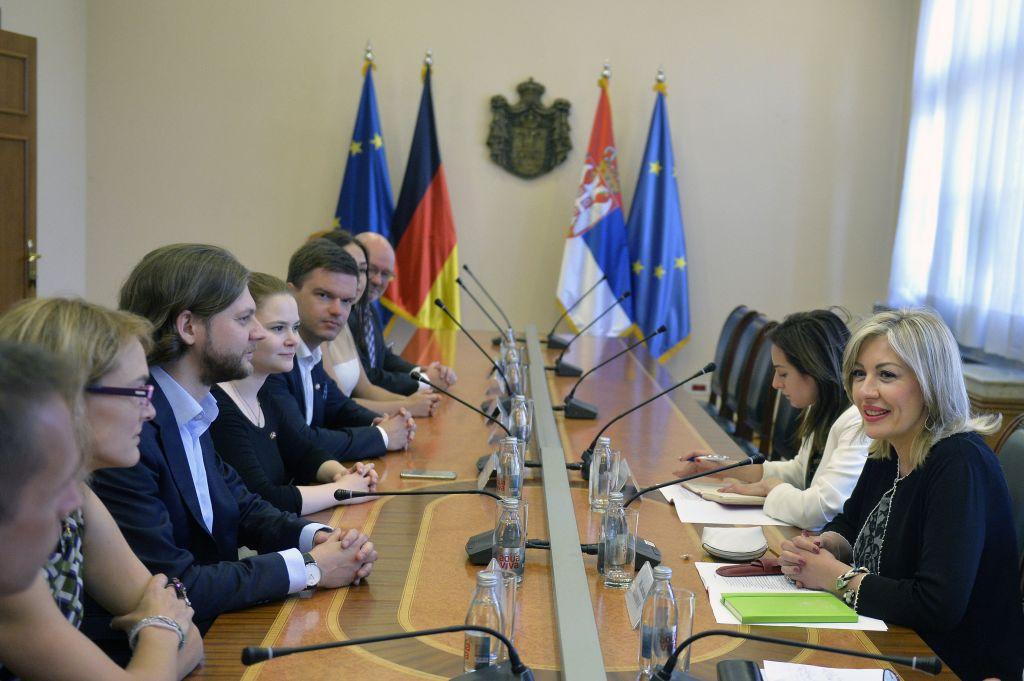 Ј. Јоксимовић са младима Хришћанскo-демократске уније