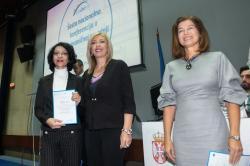 Министар за европске интеграције Јадранка Јоксимовић додељује награде представницима најбољих пројеката у области културног наслеђа.