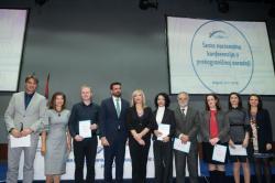 Министар за европске интеграције Јадранка Јоксимовић са награђеним представницима најбољих пројеката у области културног наслеђа.