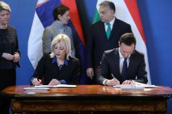 Министри Ј. Јоксимовић и П. Сијарто - потписивање Годишњег плана рада