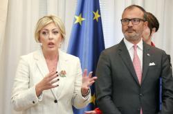 Ј. Јоксимовић, С. Фабрици, уручивање уговора за ревитализацију пројеката у области економског оснаживања жена